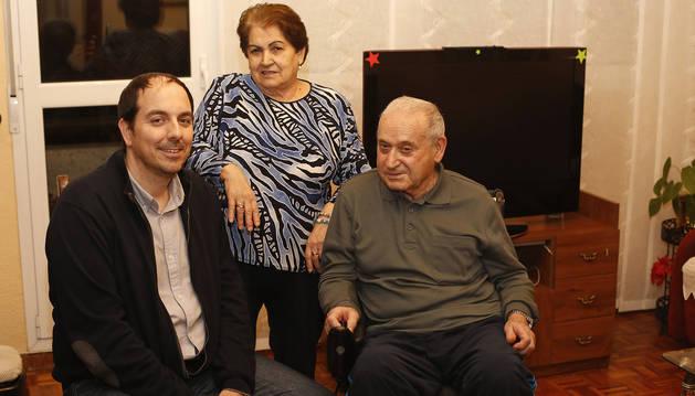 Eduardo Villarón Blanco, con  Soledad Irisarri y Alfonso María, en el salón de la casa del matrimonio.