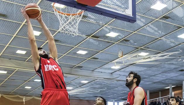 Rodrigo Gómez, del Basket Navarra, en el aire.