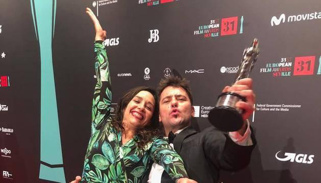 Sobre estas líneas, Raúl de la Fuente y Amaia Remírez posan con su premio.