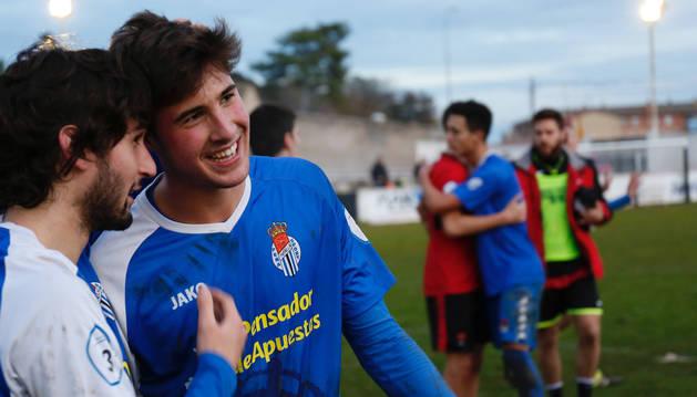 El delantero de la Peña Sport Javier Martón (dcha.) recibe la felicitación de su compañero de equipo Manu Gómez tras el 'hat-trick'.