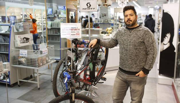 Óscar Ambrojo Aragón en el interior de la tienda TocaTeja que abrieron hace 20 años en la calle Paulino Caballero.