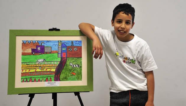 Charaf - El Ghalid posa junto al dibujo que ha resultado ganador.