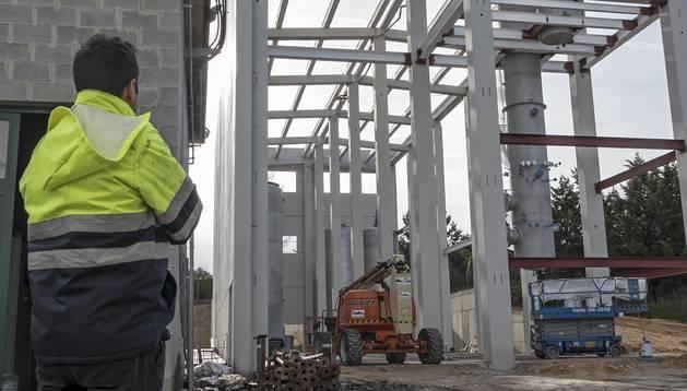 La refinería, en construcción con el equipamiento más voluminoso ya introducido.