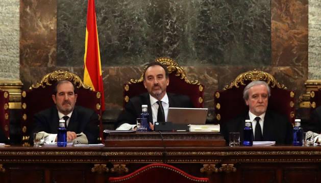 El magistrado Manuel Marchena (c) preside el tribunal, junto a los jueces Andrés Martínez Arreieta (i) y Juan Ramón Berdugo (d), al inicio de la vista por las cuestiones previas del caso del