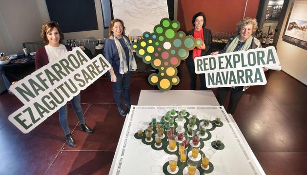 La consejera Elizalde, con un mapa de Navarra formado con productos agroalimentarios locales.