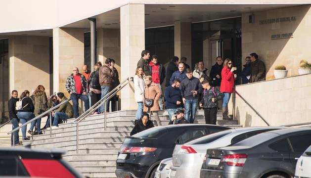 Varias personas esperan la llegada del féretro con el cuerpo de Laura Luelmo en el Tanatorio de