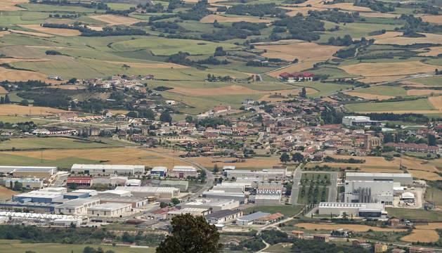 Foto del polígono industrial de Villatuerta  y, detrás, la localidad de Villatuerta, ubicada junto a Estella.
