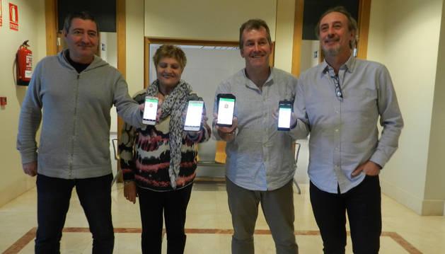 Foto de Pedro Leralta, Albina Prieto, José Ignacio Moros y Arturo Goldaracea muestran la aplicación en el móvil.