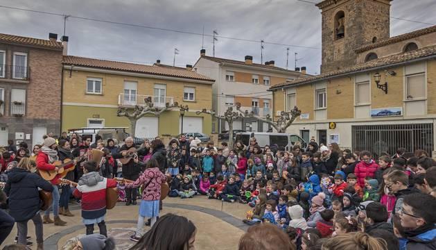 Foto de un momento de la interpretación de villancicos que el colegio Mater Dei realizó el martes por la mañana en Ayegui.