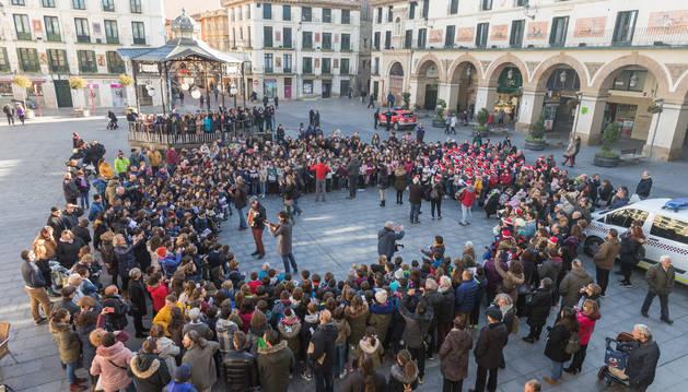 Instante de la actuación conjunta de los ocho coros escolares que se concentraron este miércoles en la plaza de los Fueros de Tudela.