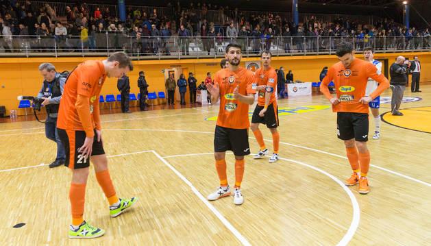 Los jugadores del Aspil-Vidal se despiden del público tras el último partido disputado en el pabellón Ciudad de Tudela.