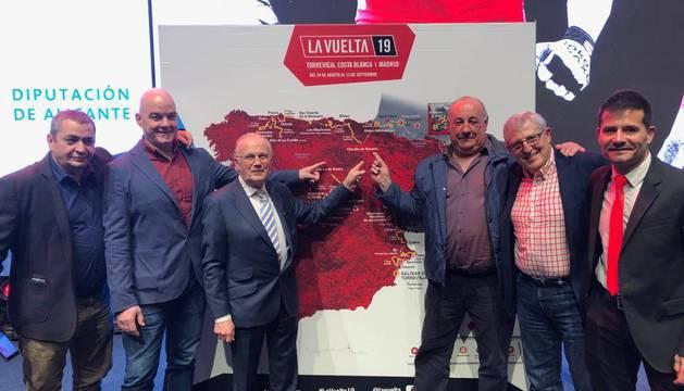 Los responsables del Circuito de Navarra y de Urdax, junto con el trazado de la Vuelta a España en  Alicante.