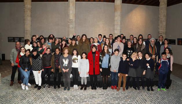 Imagen con los galardonados posando con las autoridades del Ayuntamiento de Pamplona.