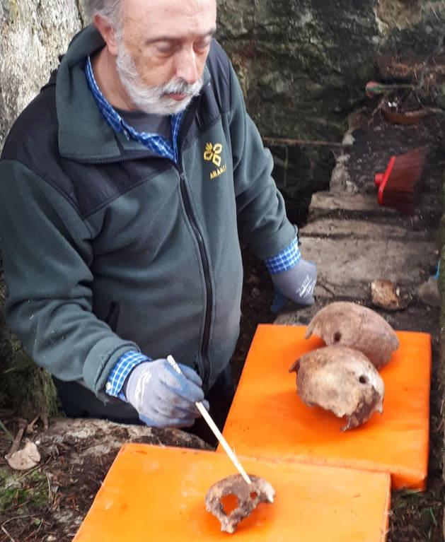 El forense Francisco Etxeberria, con los restos humanos encontrados.