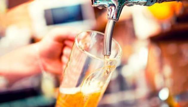 Foto de una cerveza en un bar.