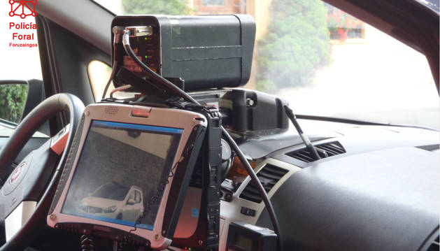 Vehículo de Policía Foral con un radar móvil