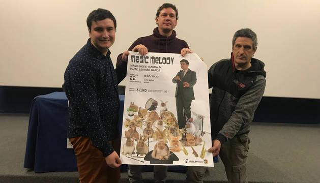 foto de Hodei Magoa, el director de Haize Berriak, Luis Orduña; y el miembro de la Junta de la banda, Josu Rubio.