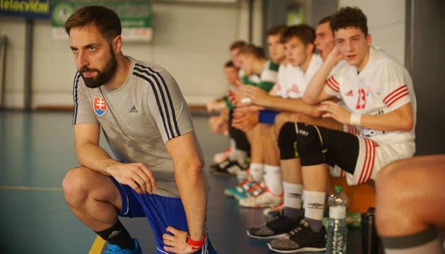 foto de El técnico navarro Fernando Gurich dirigiendo un partido de balonmano con una de las selecciones base de Eslovaquia.