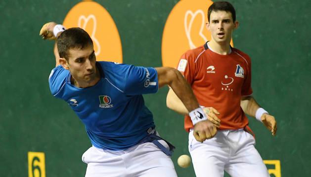 foto de Mikel Urrutikoetxea, junto a Jokin Altuna durante un partido el pasado 16 de diciembre.