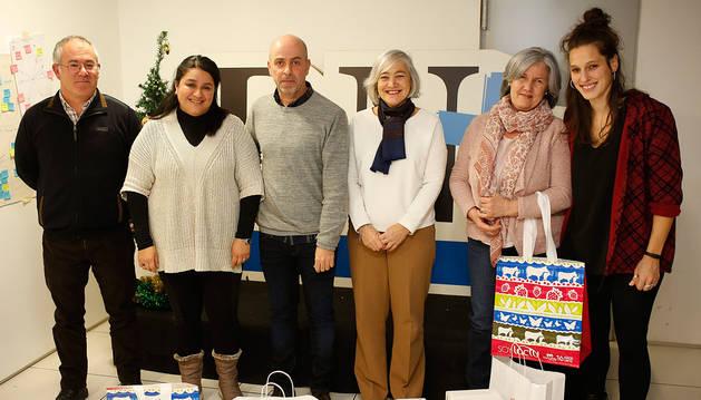 foto de Las ganadoras de las menciones especiales del jurado, Lorea Lozada Abanto (segunda por la izquierda), María Sagaseta de Ilúrdoz (cuarta por la izquierda) y María Jesús Iriarte Lusarreta (segunda por la derecha), junto a Pedro González (Trujal Mendía, primero por la izquierda), Álvaro Urdanoz (Harinas Urdanoz, tercero por la izquierda) y Maider Irisarri (Lacturale, primera por la derecha).