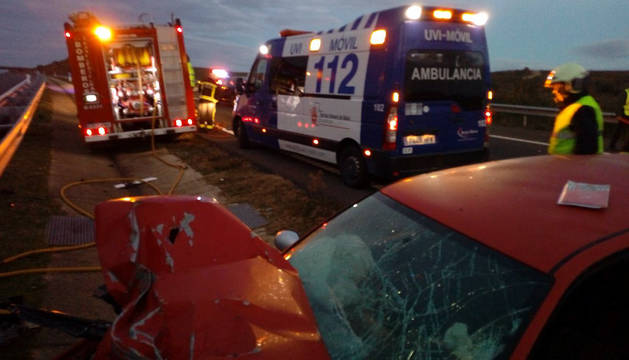 Una personas atrapada tras un accidente en la A-12 en Sansol
