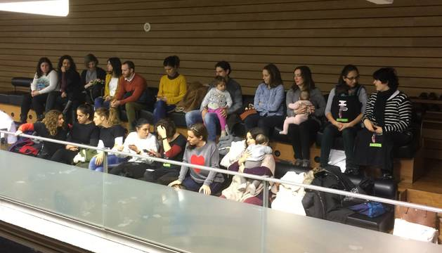 Madres, padres y bebés, este jueves, en el Parlamento de Navarra