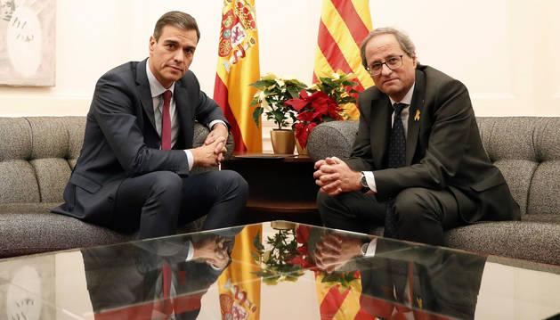 foto de El presidente del Gobierno, Pedro Sánchez, y el de la Generalitat, Quim Torra, durante la reunión que han mantenido esta noche en el Palau de Pedralbes de Barcelona.