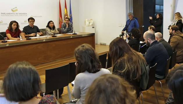 Uno de los expulsados del grupo, Mikel Buil, a la derecha, mira a la cámara, mientras Laura Pérez, Carlos Couso, Fanny Carrillo y Rubén Velasco daban la rueda de prensa.