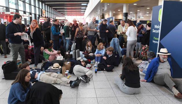 Varios pasajeros esperan en el aeropuerto de Gatwick, Londres, Reino Unido, el 20 de diciembre del 2018.