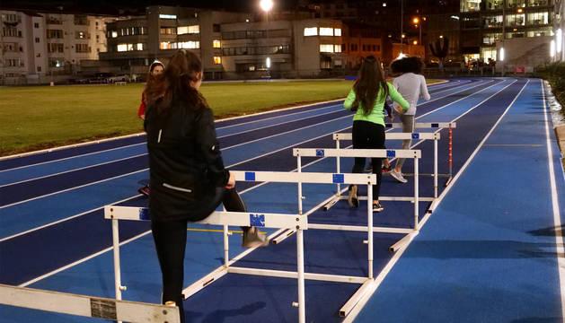 Entrenamiento en la nueva pista de atletismo de Larrabide.