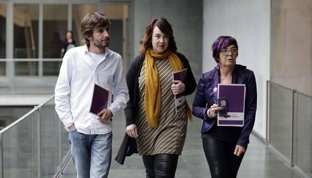 Mikel Buil, Ainhoa Aznárez y Tere Sáez, a un paso de estar fuera del grupo parlamentario.