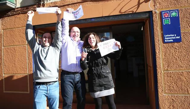 En el centro de la imagen el propietario de la administración, Francisco Javier Aliaga Herrero, junto a