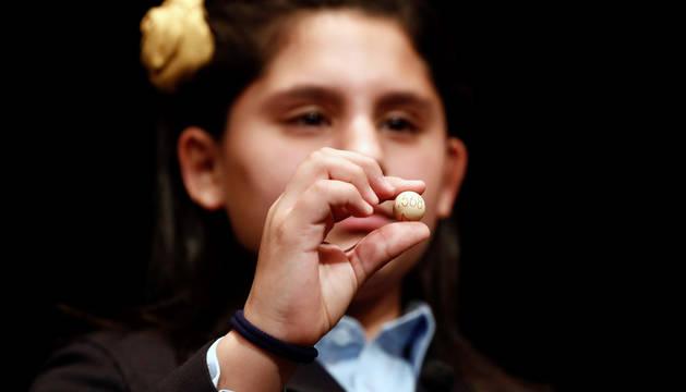 La niña Nerea Pareja Martínez muestra la bola con el número 07568, segundo quinto premio en salir en el sorteo Sorteo Extraordinario de Navidad