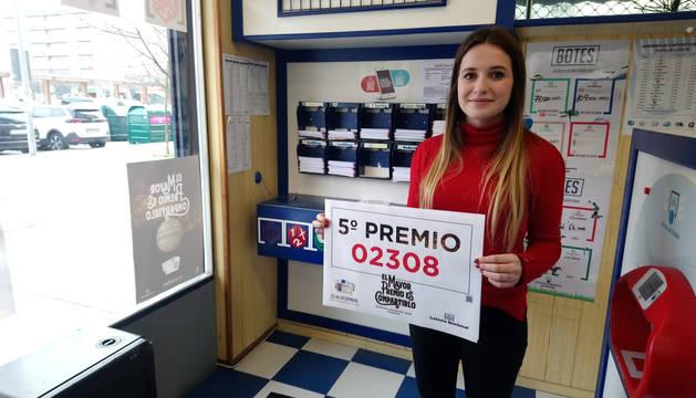 OihanOihane Piñar, con el número vendido en la administración de San Jorge de la Lotería de Navidad.e Piñar, con el número vendido en la administración de San Jorge de la Lotería de Navidad.