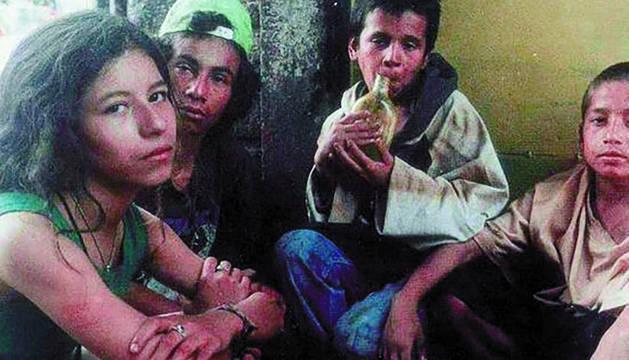 Los niños actores de la película 'La vendedora de rosas'. A la izquierda, Lady Tabares, la protagonista.