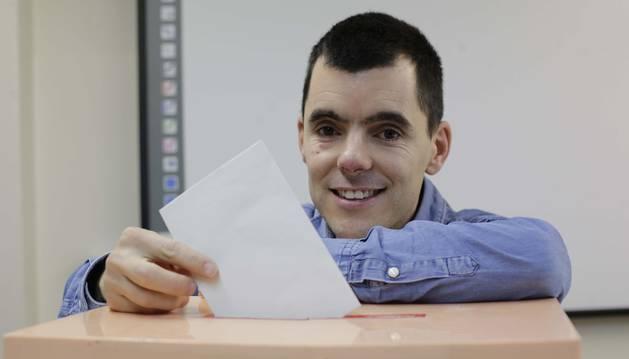Alberto Reta Aranguren deposita una papeleta en una urna. Vecino de Noáin con discapacidad intelectual, trabaja en el Complejo Hospitalario de Navarra desde 2010.