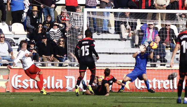 Brandon Thomas fusila a Edgar Badía y obliga al meta del Reus a hacer un paradón para evitar el gol rojillo.