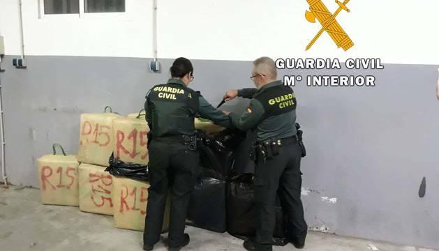 Detenida una persona e intervenidos 327 kilogramos de hachís en Huércal Overa (Almería).