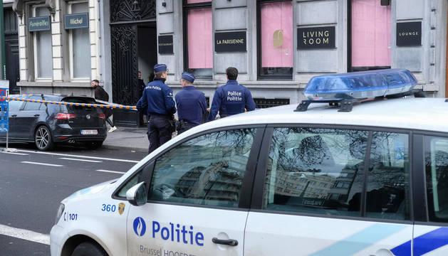 Policías en el exterior del restaurante La Parisienne en Brusela, donde se ha producido un tiroteo.