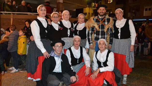 Olentzero rodeado del los integrantes del grupo de danzas.
