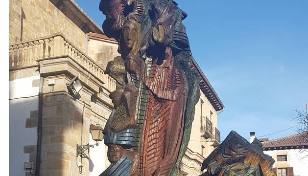 La escultura Raíces alsasuarras restaurada.