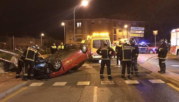 El vehículo volcó tras chocar contra un semáforo y atropellar a seis personas.