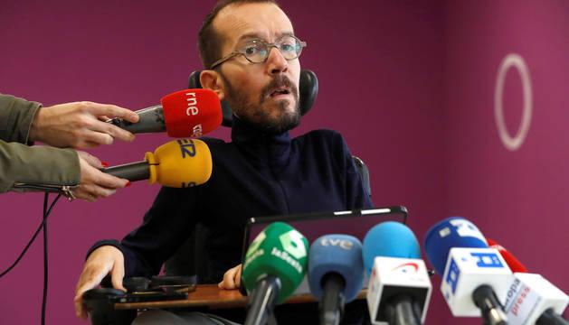 El secretario de Organización de Podemos, Pablo Echenique, durante las declaraciones que hizo a los medios sobre el discurso navideño de Felipe VI.