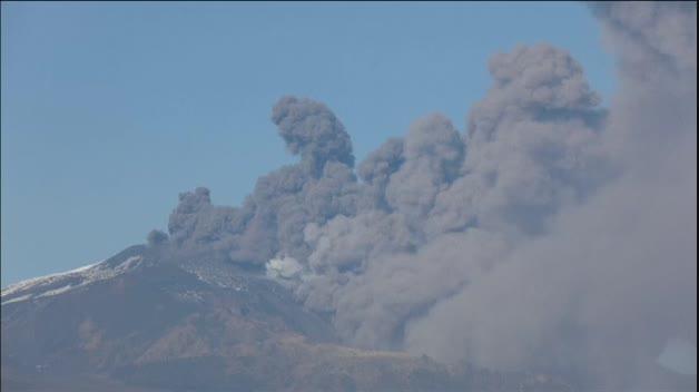 La erupción del volcán Etna cubre el cielo de Sicilia de humo y cenizas