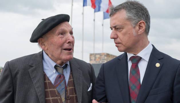 El navarro Francisco Pérez Luzarreta, en un homenaje junto a Urkullu.