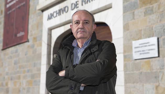 Foto de Jesús Aldaba Domínguez delante del Archivo de Navarra, en el que se encierra cada semana en busca de material.