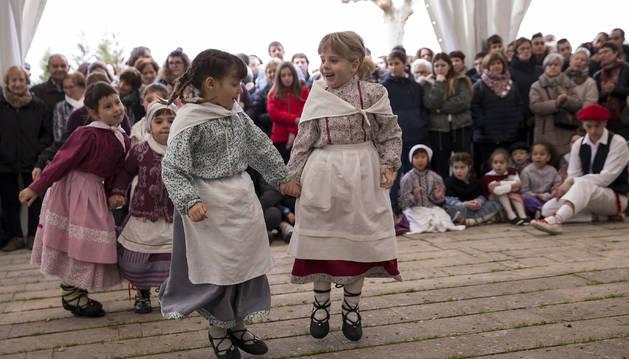 Foto del momento de una de las actuaciones del grupo txiki de dantzas de Berriozar Hulargi en la carpa instalada por la festividad de San Esteban.