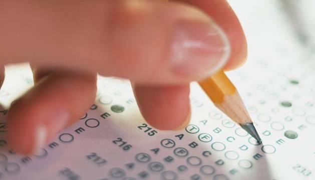 Una persona realiza un cuestionario de tipo test.