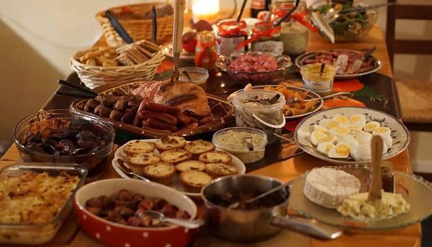 Una mesa de cena de Navidad.