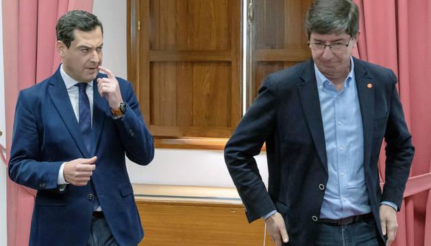 Juanma Moreno (i),y Juan Marín (d), al comienzo de la reunión que han mantenido este martes en Sevilla.